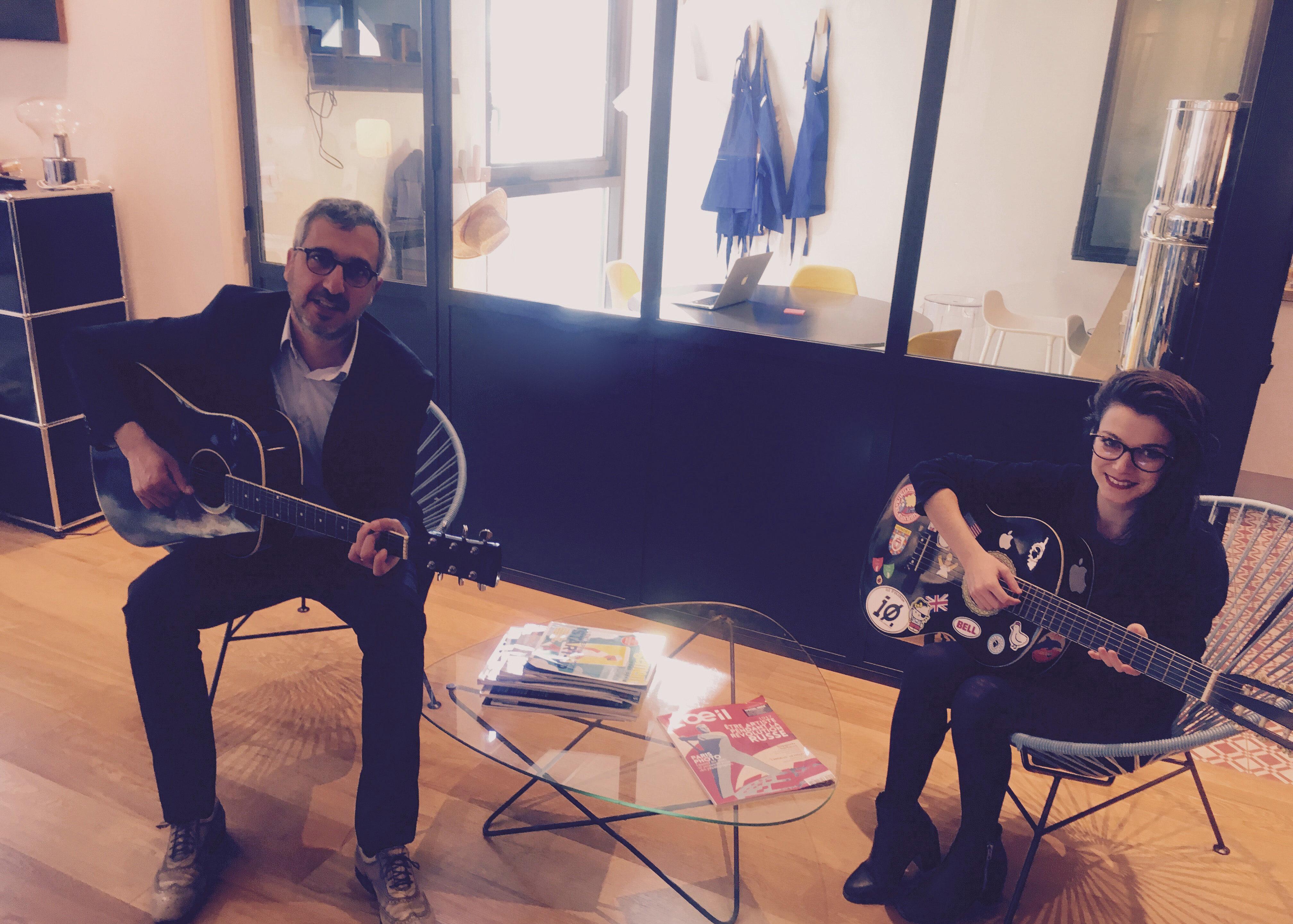 Tony et Célia à la guitare